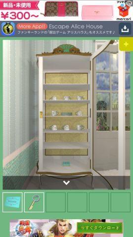 食器棚を開ける